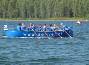 Dames Zuyderzeeroeiers tijdens Veerse Meerrace